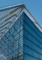 Sticla pentru control solar SunGuard® este fabricata prin sputerizarea unor straturi multiple pe o  baza de sticla, proces patentat, denumit Silacoat™. Aceasta tehnologie  de ultima generatie depune straturi ultra subtiri pe o sticla uniforma  ca aspect si cu cele mai inalte calitati optice. Silacoat™ este  solutia pentru durabilitate mecanica si chimica, transmisia ridicata a  luminii vizibile, valoare U superioara si coeficient de umbrire scazut.
