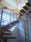 Scara pe vang central cu trepte lemn si balustrada inox | Scari cu structura metalica |