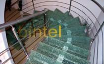 Scari metalice pentru interior Bintel ofera scari interioare pe structura din inox cu trepte din lemn masiv, scari elicoidale, scari pe vang, scari modulare, scari personalizate sau cu balustrade