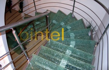Scari pe structura metalica pentru interior Bintel ofera scari interioare pe structura din inox cu trepte din lemn masiv, scari elicoidale, scari pe vang, scari modulare, scari personalizate, cu sau fara balustrade.