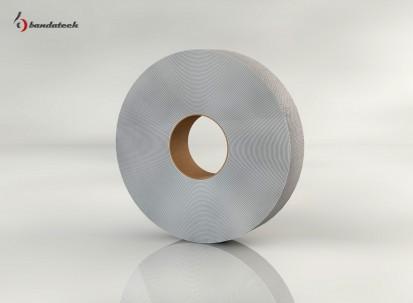Rola banda adeziva polietilena cu film aluminizat - lateral Banda adeziva din polietilena cu film aluminizat