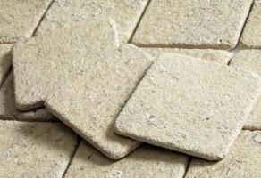 Placi piatra naturala Placile din piatra sunt potrivite atat pentru finisajele de interior,  cat si pentru cele de exterior. In plus, placile din piatra ofera o  imagine apropiata de natura, tot mai frecventa in randul designerilor. Fiind  un material natural, piatra este apreciata pentru durabilitatea si  frumusetea cu catre poate transforma radical aspectul unei incaperi.  Usor de asortat atat din punct de vedere al texturii, cat si al  cromaticii, de cele mai multe ori este folosita pentru bucatarii, bai  sau holuri.
