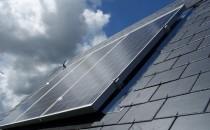 Panouri fotovoltaice Panourile fotovoltaice sunt alcatuite din celule solare. Deoarece o celula fotovoltaica nu produce suficienta energie ca sa poata fi folosita eficient, este nevoie de mai multe celule, acestea fiind legate in serie sau paralel, formand astfel un panou fotovoltaic. Panourile fotovoltaice sunt produse in diferite dimensiuni avand puteri variate. Cele mai folosite panouri in gama rezidentiala sunt cele de 50 si 75 W,  iar pentru centrale fotovoltaice de puteri mari, panouri solare de  220-250W.
