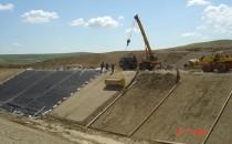 Geocompozite Geocompozitele bentonitice sunt produse prefabricate ce asociaza materialele geosintetice si bentonita, formand o bariera etansa si eficace, printr-un material usor de pus in opera, omogen si rezistent la poansonare. Geocompozite pentru armarea asfaltului sunt folosite pentru cresterea  duratei de exploatare a unei imbracaminti rutiere intarziind  transmiterea fisurilor la straturile superioare. Geocompozite pentru aparari de maluri - sunt alcatuite din doua straturi  de geotextile, un strat de geotextil netesut.