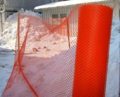 Plase pentru constructii Plase protectie scheleaceste plase se fixeaza la exteriorul schelelor protejand trecatorii si autovehiculele impotriva caderilor accidentale a materialelor de constructii, moloz etc. de pe cladirile aflate in constructie.Sunt usoare (45-70 grame/mp) rezistente la agentii chimici agresivi, nu ruginesc, creaza un efect de umbrar(grad de umbrire 30-90%), protejand tencuielile proaspete impotriva expunerii directe la acţiunea razelor solare.