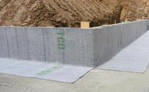 Membrana bentonitica pentru hidroizolarea fundatiilor Voltexeste o membrana hidroizolanta compozita foarte eficienta alcatuita din doua straturi de geotextil de inalta rezistenta, unul tesut si altul netesut, ce incapsuleaza un strat de 4,88 kg de bentonita de sodiu pe metrul patrat. Un proces special de poansonare uneste cele doua geotextile formand un compozit rezistent care mentine o acoperire uniforma cu bentonita si o protejeaza de conditiile meteorologice nefavorabile si de deteriorarile accidentale in conditii de santier.