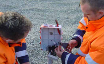 Sistem de detectie infiltratii Sistemul SENSOR DDS® este un sistem foarte eficient de detectie a defectelor din etansarile realizate cu geomembrana la depozitele de deseuri menajere, industriale, periculoase, lagune, rezervoare, iazuri de decantare, etc.Defectele etansarii sunt detectate cu ajutorul unui flux de curent electric prin eventualele infiltratii. Aceasta inseamna ca eventualele infiltratii pot fi detectate inaintea producerii unor accidente mari care sa duca la poluarea mediului inconjurator.