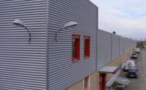 Tabla cutata Tabla cutata cu profil inalt MBS®este solutia optima ca suport pentru acoperisuri tip terasa, precum si a planseelor care au o deschidere intre reazeme de la 3 m la 7 m.Tabla cutata reprezinta o solutie rapida pentru peretii de compartimentare si acoperisuri, precum si pentru construirea si reabilitarea spatiilor cu destinatii diverse precum: spatii de productie/depozitare (inclusiv cu pod rulant), centre comerciale, showroom-uri, cladiri de birouri, ferme agricole, sali de sport.