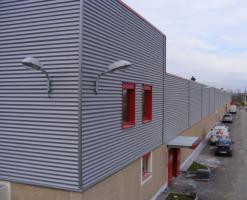 Tabla cutata din otel, pentru pereti de compartimentare si acoperisuri Tabla cutata cu profil inalt MBS®este solutia optima ca suport pentru acoperisuri tip terasa, precum si a planseelor care au o deschidere intre reazeme de la 3 m la 7 m.Tabla cutata reprezinta o solutie rapida pentru peretii de compartimentare si acoperisuri.