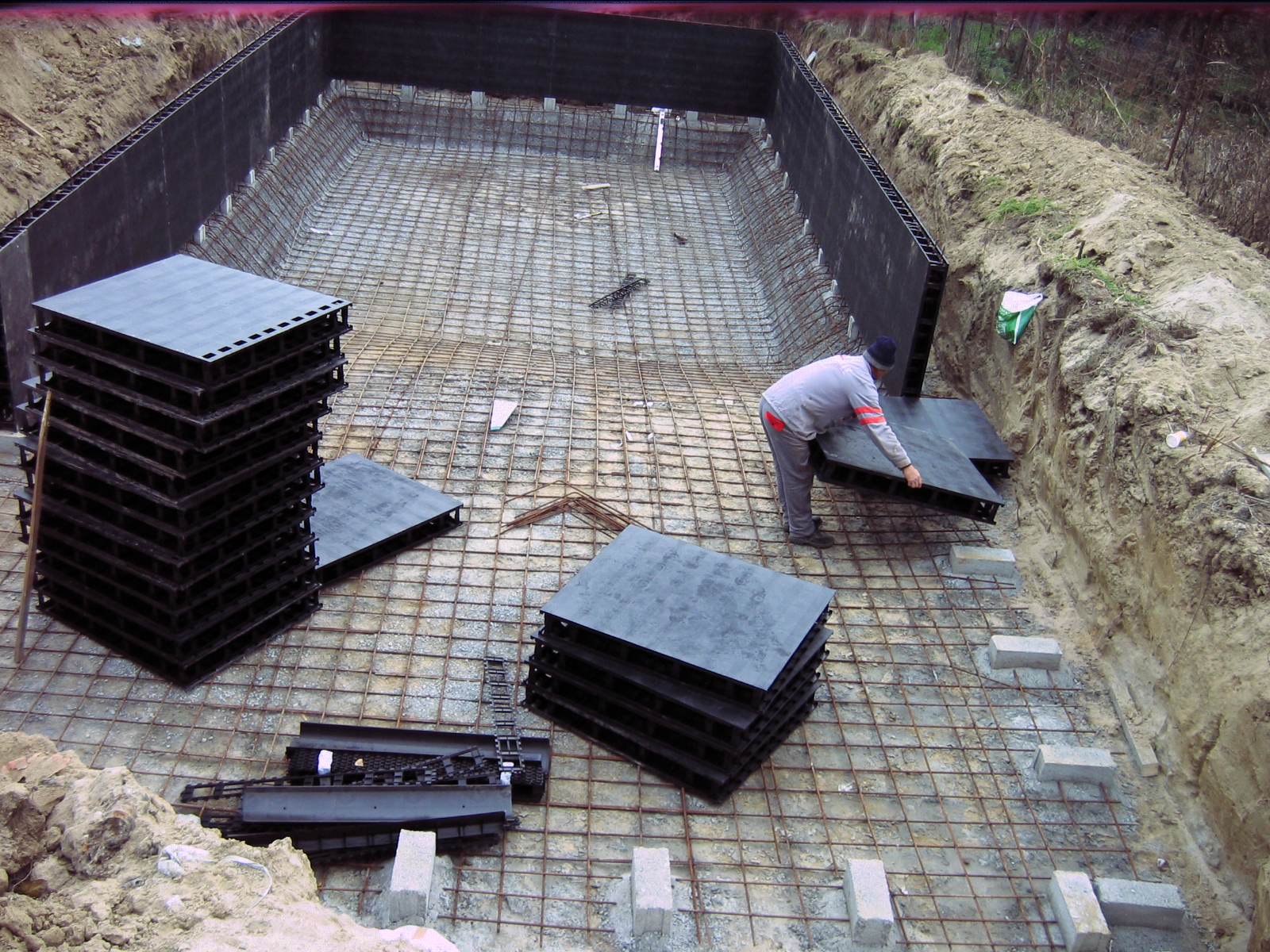Piscina privata din beton cu cofrag pierdut - Faze montaj 2 MONDIAL PISCINE - Poza 2