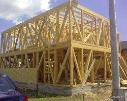 Executie case de lemn la rosu Structura de rezistenta a constructiilor moderne din lemn este realizata din material lemnos de rasinoase, utilizat in modul cel mai optim, consolidata de panouri tip OSB si de elemente metalice de legatura.Daca la aceasta structura adaugam folosirea unor materiale moderne de constructie (vata minerala, rigips, membrane, etc.) obtinem o izolatie termica si fonica foarte buna, precum si un climat de locuit foarte sanatos.