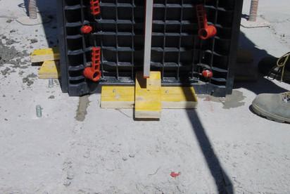 Detaliu la partea inferioara a cofrajului modular refolosibil pentru coloane patrate sau dreptunghiulare GEOTUB PANEL Cofraje