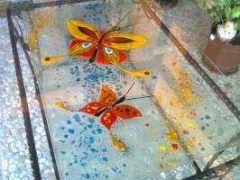 """Sticla decorativa fuzionata si sablata Sticla fuzionata - reprezinta un proces de modelare a sticlei la cald prin suprapunerea de straturi de sticla de diferite culori, opalescente la temperaturi cuprinse intre 700-840 °C.Domenii de utilizare:paneluri de usi, ferestre, luminatoare, paravane, corpuri de iluminat, balustrade, blaturi de mese, elemente de decor, vase decorative etc.Sticla sablata se obtine prin """"lovirea"""" micronica a sticlei cu particule destinate sablarii (material abrasive) la presiuni de cca 8 bari cu ajutorul unei masini specializate de sablat"""