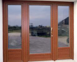 Usi de exterior din lemn-aluminiu  Sistemuluni_oneeste un sistem de usi in lemn aluminiu cu o economie mare de energie, realizate cu profile de lemn stratificat, cu lipire structurala lemn-sticla si placate la exterior cu aluminiu sau bronz.SistemulUNI_ONE COPLANAREare un design foarte riguros si liniar; profilele exterioare din aluminiu ale ramie si ale cercevelei sunt coplanare.
