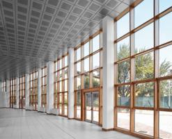 Pereti cortina lemn-aluminiu SistemulUNITHERMeste adecvat pentru construirea de pereti cortina verticali (atat plan cat si inclinat), bovindouri si structuri poligonale autoportante.Peretele cortina implica utilizarea demontanti si traversecu latimea de 50 mm care se pot asambla la fata locului. Lungimea sectiunii montantilor si traverselor din lemn poate varia, in conformitate cu diferitele cerinte statice, in functie de presiunea vantului si dimensiunile modulare ale fatadei. Sectiunile disponibile sunt: 50x110 mm, 50x135 mm, 50x160 mm, 50x200 mm, 50x260mm.