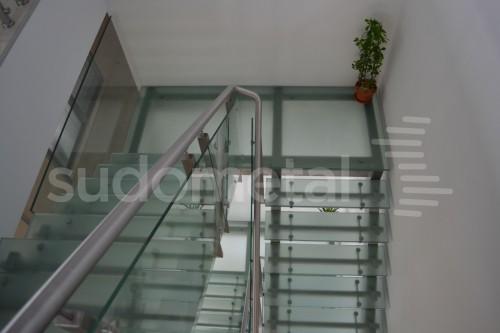 Scari cu vang lateral - Scara cu trepte din sticla sediu companie SUDOMETAL - Poza 1