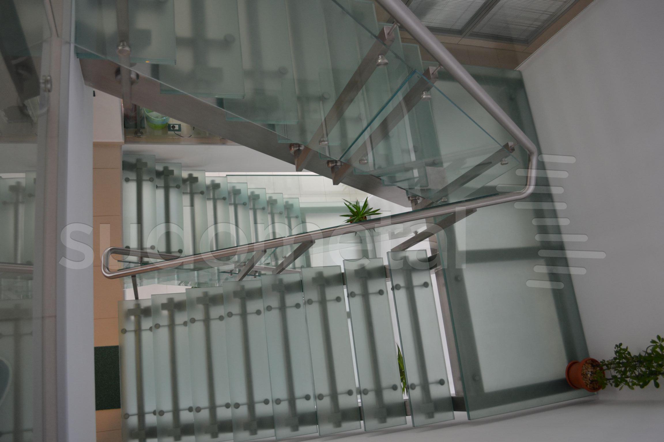 Scari cu vang lateral - Scara cu trepte din sticla sediu companie SUDOMETAL - Poza 2