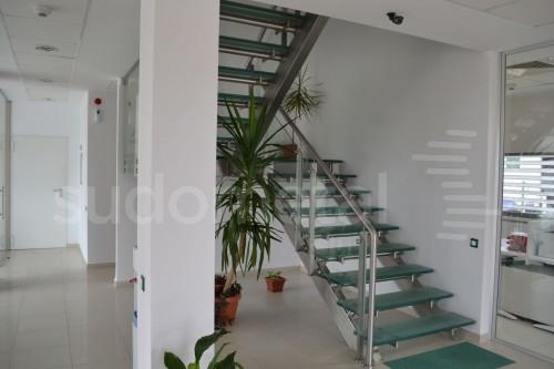 Scari cu vang lateral - Scara cu trepte din sticla sediu companie SUDOMETAL - Poza 5