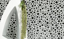 Mozaic din ceramica, sticla si piatra    Mozaicul din sticla este foarte rezistent la variatii de umiditate si temperatura, fiind tipul de mozaic recomandat cu precadere pentru bai si piscine, fie ele interioare sau exterioare insa bineinteles poate fi aplicat si pentru restul spatiului locativ (bucatarii, sufragerii, holuri, etc.).Mozaicul ceramic este un mozaic recomandat exclusiv pentru interior, atat pentru placarea peretilor, cat si pentru pardoseli, zonele pietonale sau pur si simplu cu rol decorativ.Mozaicul din piatra naturala, este cel mai vechi tip de mozaic, fiind utilizat inca din cele mai indepartate timpuri si despre care s-a dovedit in timp ca are o durata de viata foarte mare, bineinteles atata timp cat este si intretinut corespunzator.