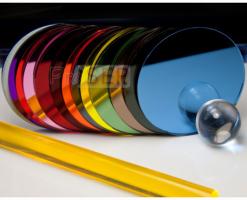 Placi oglindate din material plastic Placile oglindate din plastic sunt o alternativa viabila la oglinzile din sticla. Se pot procesa cu usurinta, fara a exista pericolul spargerii sau fisurarii in momentul taierii.