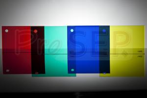 Placi acrilice extrudate Spre deosebire de geamurile din sticla, placile acrilice se pot prelucra cu sculele si utilajele folosite in prelucrarea lemnului. Placile acrilice se pot si termoforma, printa, serigrafia.