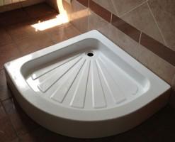 Cadite de dus din acril si ceramica Caditele de dus comercializate de Italbox au performante ridicate la nivel functional, sunt fabricate din acril, respectiv ceramica, produse in Romania, respectiv Italia.