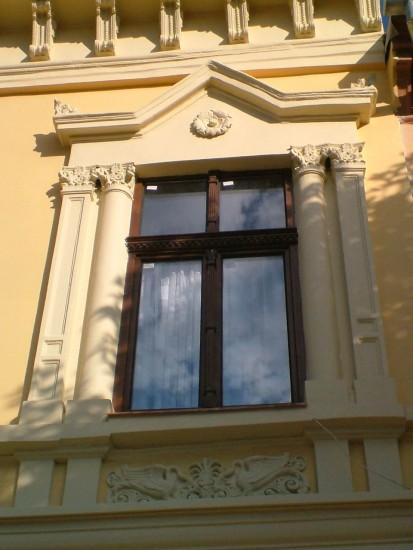 24 (fereastra Alpha Bank Bistrita) Ferestre din lemn