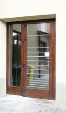 6  (usa exterioara intrare institutie)   Usi de exterior din lemn stratificat   