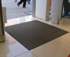 Stergatoare pentru picioare Stergatoarele pentru picioare se instaleaza la intrari sau spatii de tranzit in cladirile cu trafic mare de tipul mall-urilor, supermarket-urilor, aeroporturi, gari, cinema, hoteluri, scoli si spitale etc. pentru a prelua mare aparte a mizeriei care poate patrunde in cladire din cauza traficului mare. Stergatorul pentru interior HF03 este confectionat din lamele de mocheta si lamela de perii. Acesta se poate instala atat aplicat, cat si incastrat. Culorile disponibile sunt negru, gri si rosu.