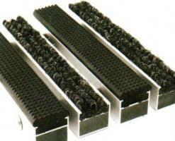 Stergatoare profesionale de picioare CATWELL este unul din tipurile de stergatoarepentru interior si poate contine chiar sigla firmei dumneavoastra. Este alcatuit din fibre buclate din polipropilen implementate intr-o baza din PVC impermeabila. Stergatorul este rezistent la trafic intens, are un coeficient ridicat de absorbtie si isi mentine culoarea in timp. Stergatorul SHATWELL pentru curatire finala este destinat retinerii impuritatilor fine: praf, umezeala. Contine fibre buclate, din polipropilen fixate intr-o baza din PVC impermeabila.