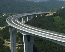 Reazeme fixe, mobile pentru poduri Aparatele de reazemsunt destinate sa echipeze poduri rutiere, feroviare sau mixte, in orice varianta constructiva sau gabarit cunoscut. Au capacitatea sa suporte cu succes sarcini verticale insemnate, asigurand simultan preluarea eforturilor de deplasare orizontala normala sau incidentala. Inovatiile aplicate in proiectarea si producerea acestora le asigura totodata o mare capacitate de a face fata vibratiilor, incarcarilor suplimentare sau conditiilor extreme de clima.
