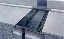 Profile de dilatatie pentru poduri, drumuri Gama variata a dispozitivelor pentru rosturile de dilatare ale podurilor satisface orice necesitate, asigurand traficul nestanjenit al vehiculelor. Functionarea precisa, preluarea miscarilor pe cele 3 axe, tolerarea abaterilor de nivel sau aliniament intr-o marja dimensionala larga - sunt doar cateva dintre calitatile lor.Solutii tehnice brevetate rezolva cerintele exprese, cum ar fi reducerea nivelului de zgomot, nivelul minim asigurat de aderenta cu pneurile, comportarea la seism sau intretinerea facila.