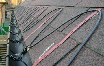 Instalatii de degivrare cu cabluri electrice rezistente UV Cablurile electrice utilizate pentru degivrare se utilizeaza pentru protejarea contra inghetului sau dezghetarejgheaburi, burlane, acoperisuri, dolii, trotuare, conducte.