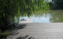 Amenajari tip decking pentru piscine, terase si gradini din lemn compozit WPC Bencomp confectioneaza deck-uri, terase gradini, pontoane din lemn plastifiat rezistent la umiditate, radiatii ultraviolete, mucegaiuri, insecte.