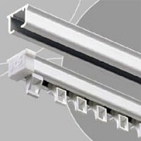 Sine din aluminiu pentru perdele si draperii ANNA DESIGN ofera o gama patru modele de sine din aluminiu pentru perdele si draperii. Sine cu capse, cu snur, sine inguste si sina simpla manuala.