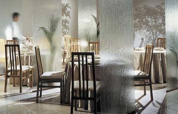 Sticlă decorativă Sticla SAINT GOBAIN GLASS cu suprafață imprimată arhitectural inspiră o nouă abordare a utilității sticlei printr-o ofertă unică, sofisticată de texturi pentru personalizarea spațiilor.