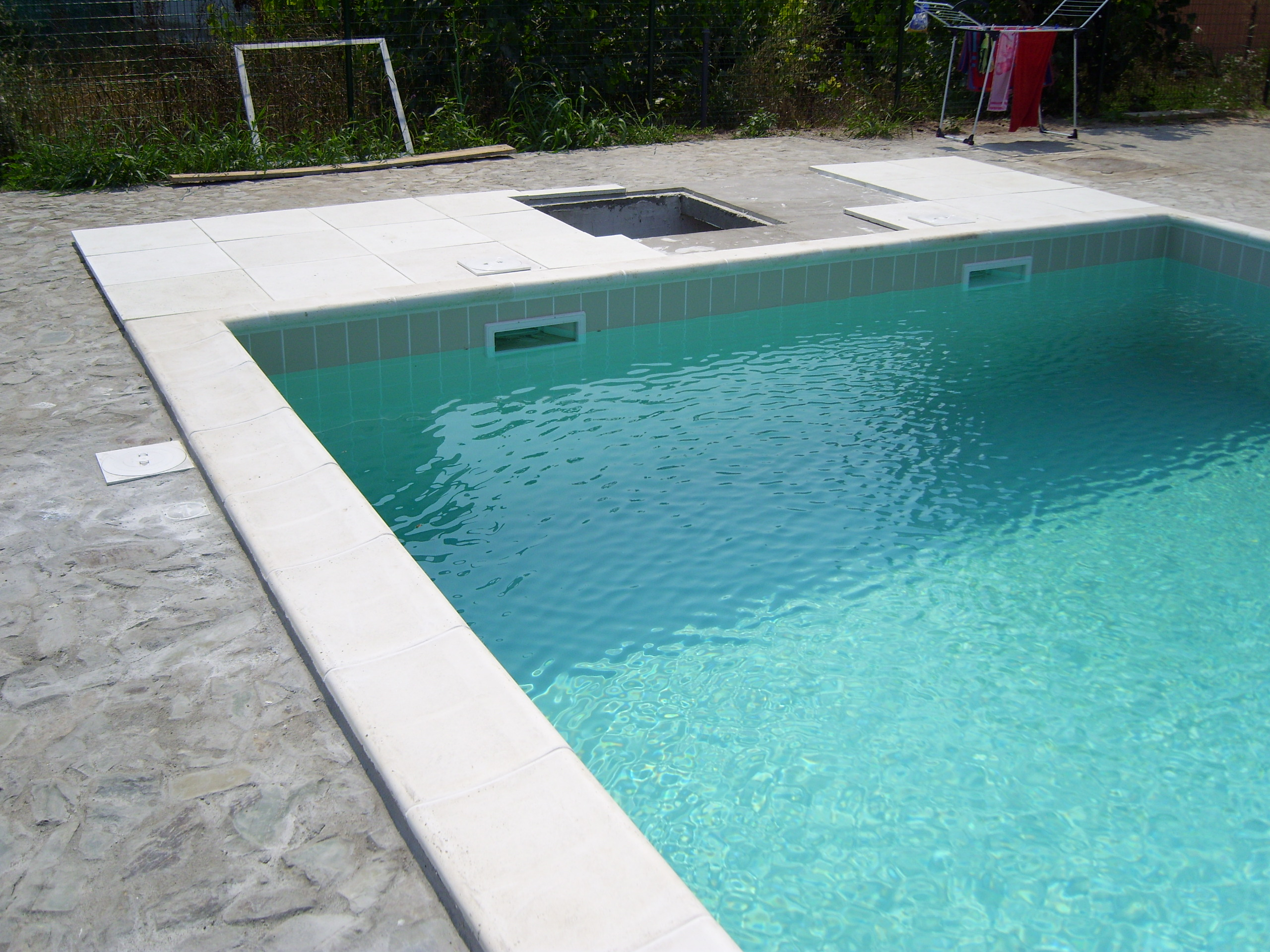 Executie montaj piscina privata exterioara costinesti for Piscine 2m44