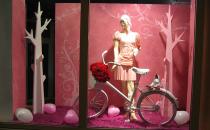 Decoratiuni si amenajari de vitrine stradale Firma Let's Art este specializata pe executia de decoruri din polistiren, mascote, costume, pietre false, kioscuri stradale, orasele fantastice, atat la interior cat si la exterior.