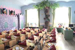 Decoruri tematice pentru spatii interiore si exterioare Firma Let's Art este specializata pe executia de decoruri din polistiren, mascote, costume, pietre false, kioscuri stradale, orasele fantastice, atat la interior cat si la exterior.