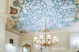 Pictura murala pentru interioare clasice O pictura murala Let's Art este orice piesa de arta pictata direct pe un perete, tavan sau pe alte suprafete permanente de mari dimensiuni.