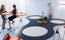 Mese bistro pentru birouri SEDUS va ofera mese bistro pentru birouri,fie ca este vorba de o ceasca de cafea sau de documente pentru un proiect care urmeaza sa fie discutate, exista spatiu pentru tot aici.