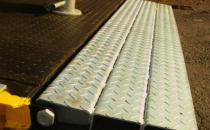 Rampe de incarcare UNILIFT SERV vinde si distribuie rampa de incarcare cu capacitatea de incarcare: 12 - 16 tone cu o lungime totala de 11.430 mm si lungime orizontala: 340 mm.