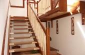 Executie scari din lemn la comanda Turso Holz produce scari interioare din lemn la comanda. Folosind materiale de cea mai buna calitate scarile sunt din lemn de fag, stejar, paltin, nuc, cires, frasin.