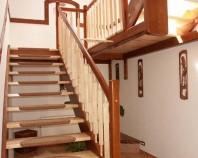 Executie scari din lemn la comanda Turso Holz produce scari interioare din lemn la comanda Folosind