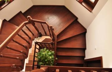 Placari cu lemn pentru scari din beton TURSO HOLZ ofera elemente de placare cu lemn pentru scari din beton, drepte, balansate sau curbe. Aceste sunt: trepte si contratrepte din lemn, plinta laterala si balustrada.