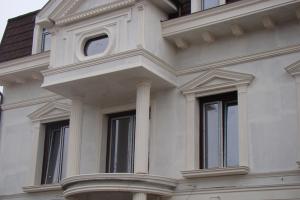 Profile decorative pentru exterior Fabrica de Profile produce profile decorative pentru exteriorul casei precum pilastri, brauri, cornise, utilizand polistirenul expandat (EPS) si extrudat (XPS).