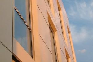 Placari pentru fatade ventilate din otel sau tabla din aluminiu Sisteme de placari pentru fatade ventilate cu profile lamelare sau casetate, din otel sau tabla din aluminiu Reynolux® si Reynodual®, cu posibilitati mari de personalizare a formei.