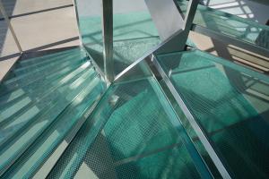 Trepte din sticla Alegerea sticlei Saint Gobain Glass pentru scari nu este doar o alegere eleganta si curajoasa, dar si o alegere care ofera o distinctie aparte.