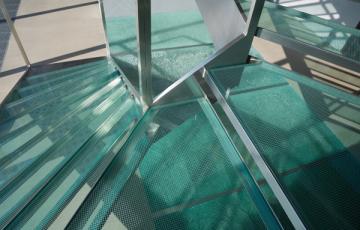 Trepte din sticlă Alegerea sticlei Saint Gobain Glass pentru scari nu este doar o alegere eleganta si curajoasa, dar si o alegere care ofera o distinctie aparte.