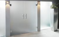 Usi de sticla pentru interior Usile interioare din sticla Saint Gobain Glass ofera transparenta. Astfel, un obiect comun tuturor spatiilor se poate transforma intr-un obiect unicat.